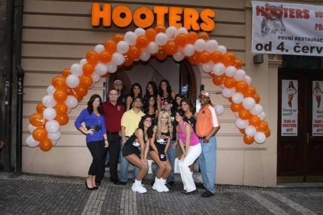 Hooters a Praga, il PENOSO sexy fast food americano con cameriere in shorts e top