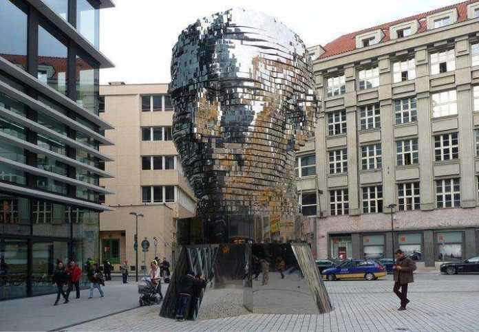 Metamorphosis: la scultura di David Černý come scomposizione meccanica dell'identità in Kafka.